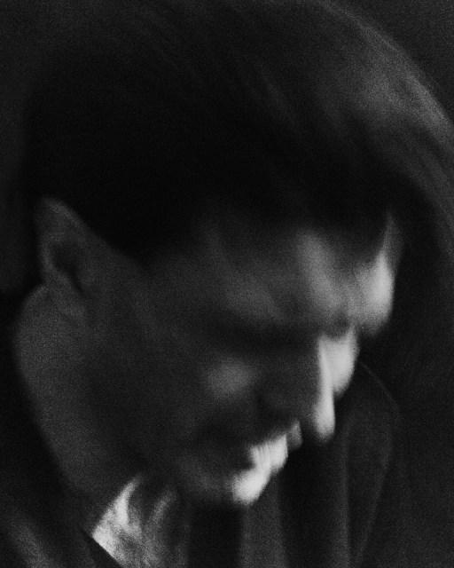 """""""C'è un ritratto recente a cui sono molto affezionato, realizzato nel 2016 per Rolling Stone al pianista e compositore Ezio Bosso. Più che la qualità della foto in sé, mi emoziona ancora il ricordo del momento in cui l'ho scattata. Eravamo a Torino a Palazzo Barolo e dopo una serie di immagini poco soddisfacenti in posa, ho deciso di allontanarmi e fotografarlo mentre suonava, realizzando immagini più crude, mosse e senza luci, lontane dal mio solito approccio. Sono felice di aver avuto il coraggio di andare in questa direzione."""" - Mattia Balsamini"""