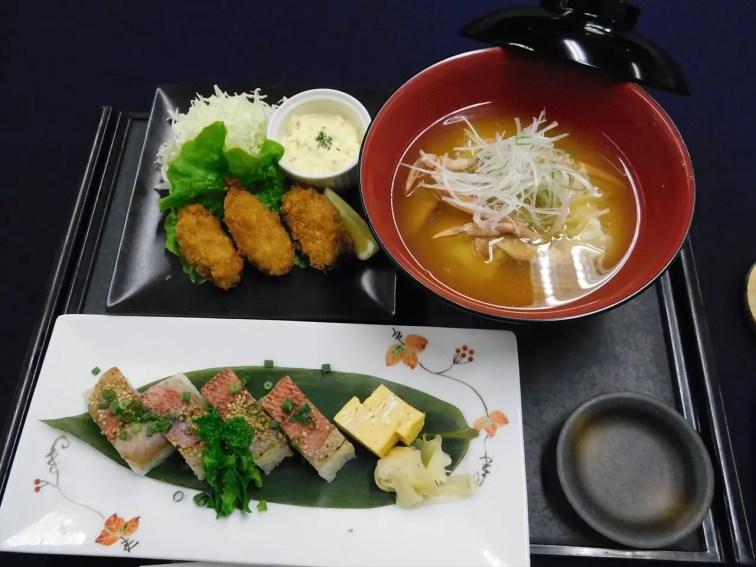 本日のメニュー(焼金目の押しずし、カキフライ、カニの味噌汁) 豪華!