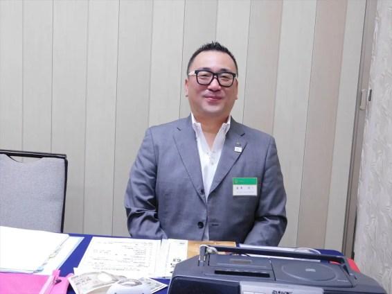 本日の司会 冨澤会員(本日のメガネは黒でした)