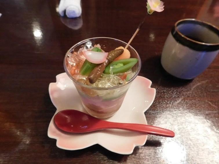 今夜の食事は、この時期限定の桜懐石です。