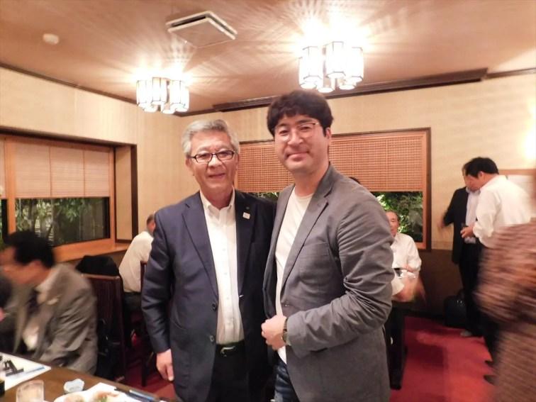 米良会長エレクト、ヤン会長エレクト 固い握手を交わしました。