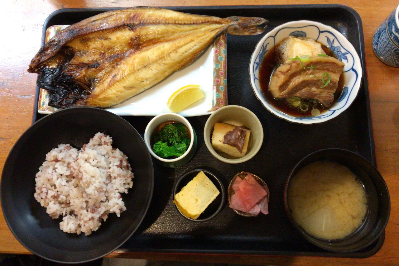 千葉駅から徒歩5分 割烹駿河のランチが豪華すぎ!意外とリーズナブルなサービス御膳(ほっけ開き&豚の角煮)はサービス精神がすごすぎる