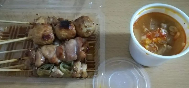 千里さんの焼き鳥とannさんのモツ煮。