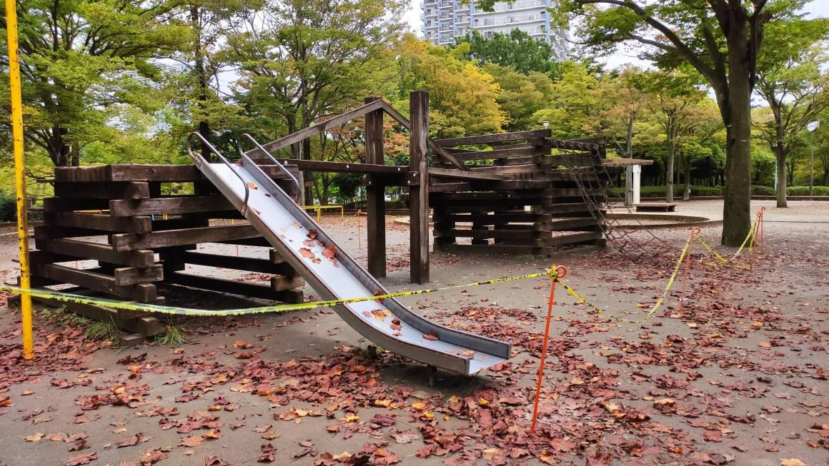 大塚前公園の木製遊具が撤去される模様。02
