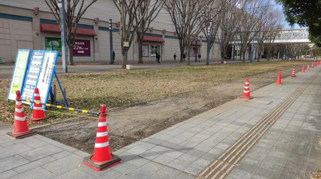 千葉ニューイオンの近くの歩道の舗装工事が開始。02