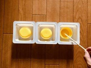 【高齢者(在宅介護)レクリエーション】ドレッシングのキャップとお豆腐の容器と割り箸を使って『3個大たこ焼きゲーム』