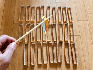 【高齢者(シニア)・お年寄り・ご老人向け室内レクリエーション・ゲーム(Recreation for elderly)】利き手と逆の手で割り箸を使って『カロリーメイトの空き箱すくいゲーム』