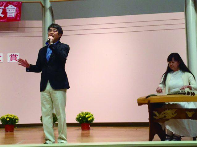 陳樂瑰古箏伴奏、前台美商會會長吳葉錚演唱兩首膾炙人口的經典老歌《小城故事》和《菊花台》