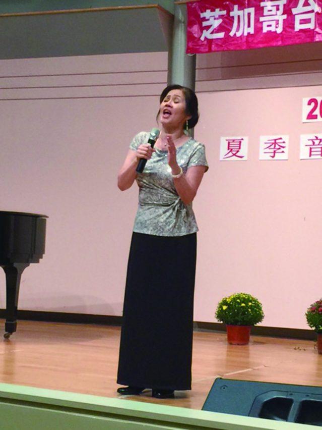 須文敏鋼琴伴奏、能歌善舞的彭慧真演唱膾炙人口的藝術歌曲《望雲》