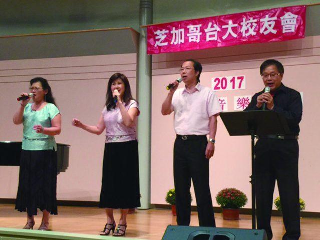 黎筱璐鋼琴伴奏、陳莉明(左一)葉秀萍(左二)林志華(右二)楊學慶(右一)聯合演唱膾炙人口的經典愛情老歌《新不了情》
