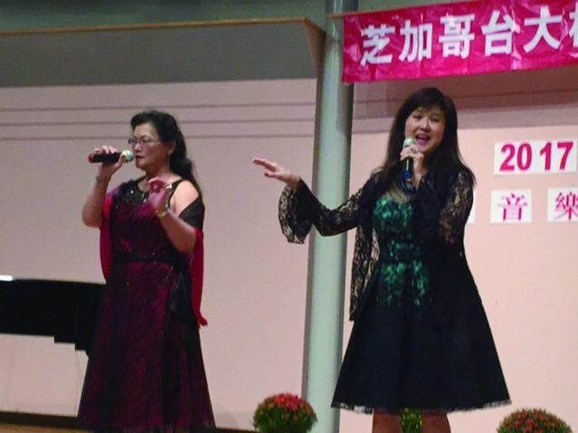 黎筱璐鋼琴伴奏、陳莉明(左)葉秀萍(右)聯合演唱膾炙人口的經典校園名歌《秋蟬》