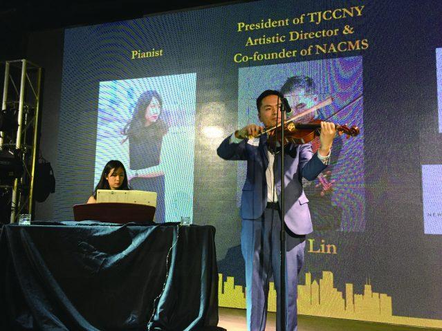 知名音樂家林維洋(右)及林思茵(左)演繹多聽歌曲