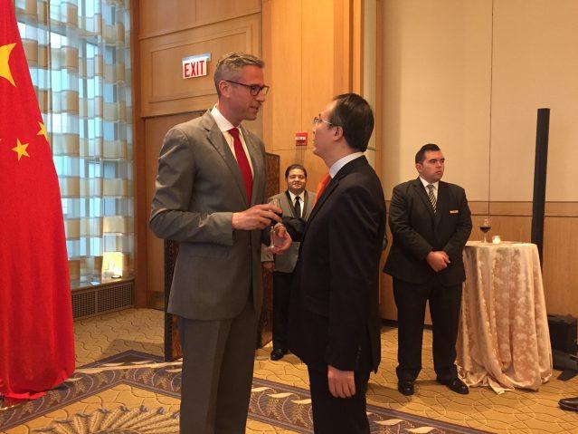 照片十一:伊州財長方仲華(左)祝福洪磊總領事