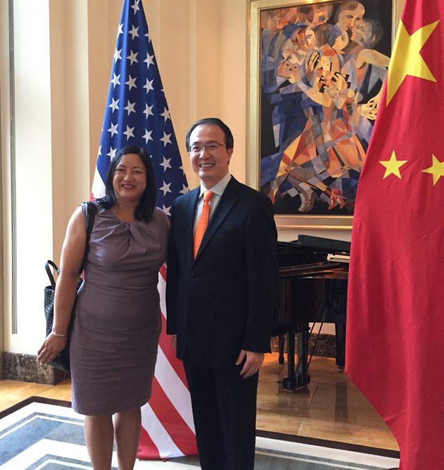 照片十三:伊州眾議員馬靜儀(左)與洪磊總領事合影
