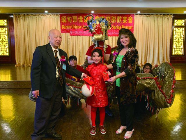 照片一:馮景旺會長(左)、李黃群英會長(右)發紅包給可愛小妹妹