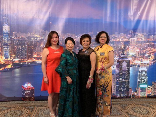 22:合影(左起):香港會副會長黎雅、會長吳梅小平、顧問趙伊齡