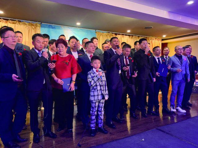 照片十二:福建商會全體職員合唱《中國人》激動人心