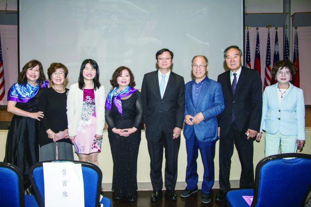 王慶敏(左一)賴貞利(左三)呂瑞玉(左四)黃鈞耀(左五)和韓國華僑文教服務中心會長Yun Tae Kim(右三)、副會長Pang Ja Lee(右一)合影