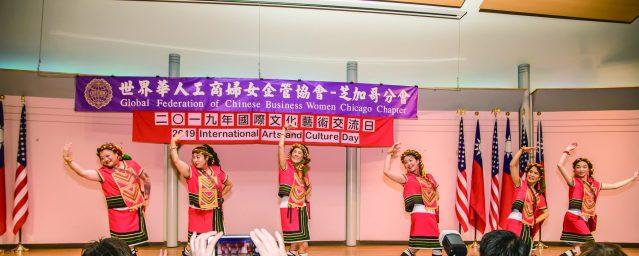 芝加哥華僑婦女會群芝舞蹈團表演節奏鮮明、熱情奔放的《台灣山地舞》