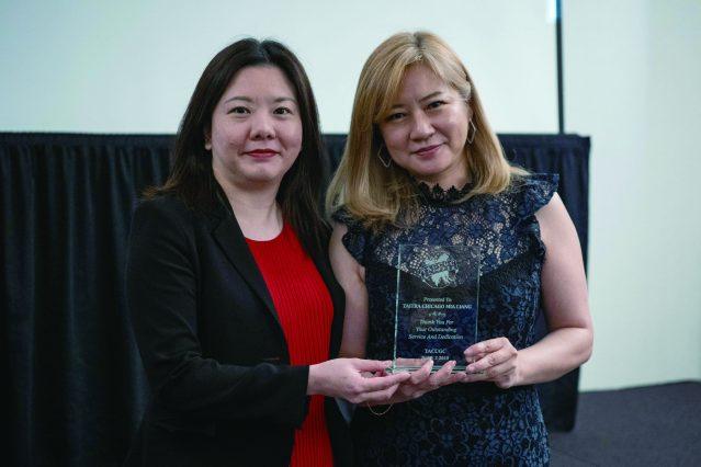 會長楊于萱,代表台美商會頒贈感謝獎牌給台灣外貿中心主任梁芷菊(左),感謝她傑出服務和奉獻的精神