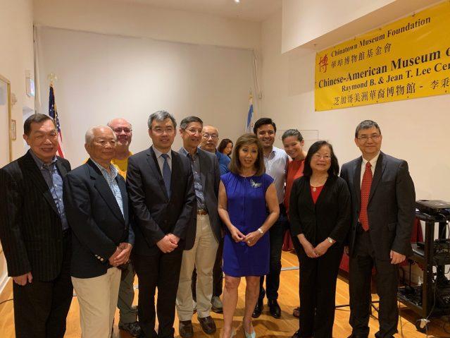 照片九:嘉賓合影:趙建總領事(左3)、華博館館長劉振斌(右1)、華博會基金會會長梅素蘭(右2)