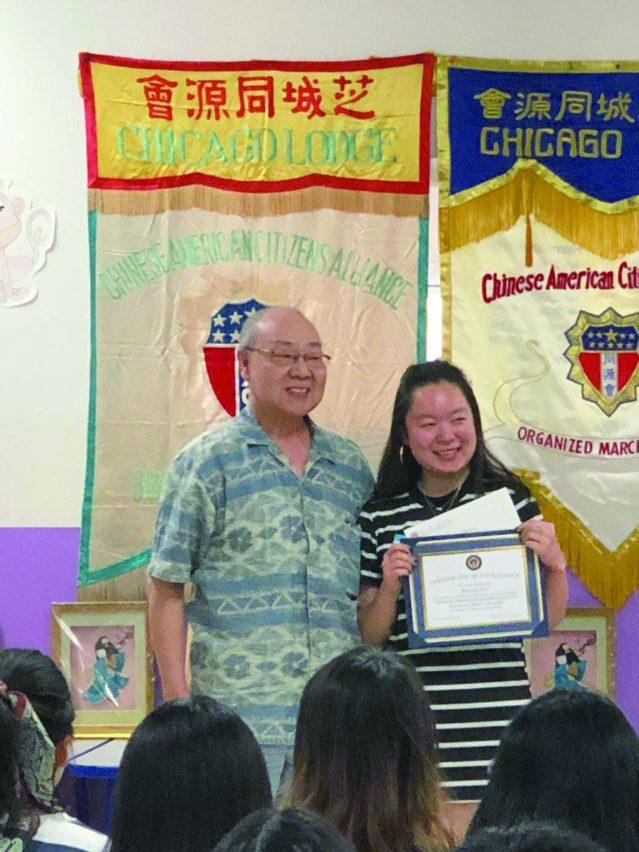 照片五:芝加哥同源會全國代表John Moy為全國二等獎獲得者Maggie Cao頒發獎狀及獎學金