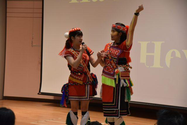 來自阿美族的李千羽(右)里杏(左) 用流利的英文介紹阿美族的文化風俗