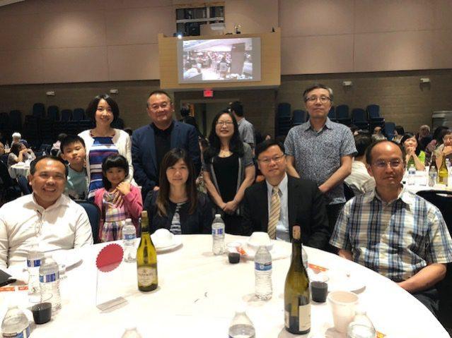 台北經濟文化辦事處黃鈞耀伉儷(前排右二、三)和辦事處的同仁們合影
