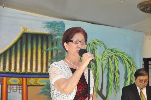 照片一:曲藝社社長黃婉玲致辭歡迎及感謝各界來賓的到來