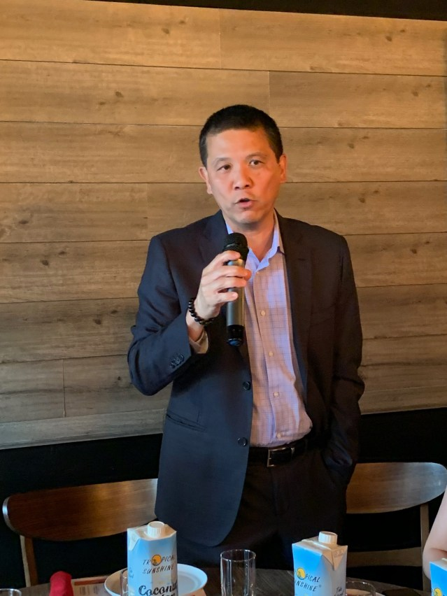 照片一:麥當勞公司運營管理總監Jonnie Tom致辭預祝本屆夏令會圓滿成功