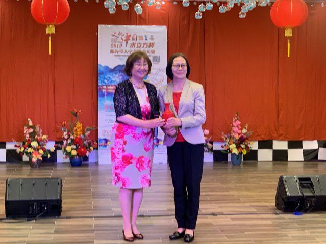 照片九:中國駐芝加哥總領事館張敏參讚代表總領館贈送紀念品給華星藝術團