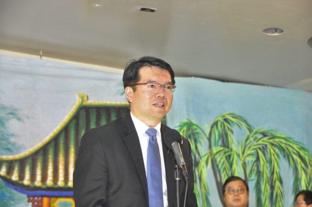 照片二:僑教中心主任王偉讚致辭