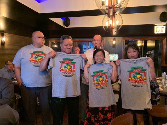 照片二:夏令會創辦人張淑雲女士的兒子Michael Chang(左2)及家人合影