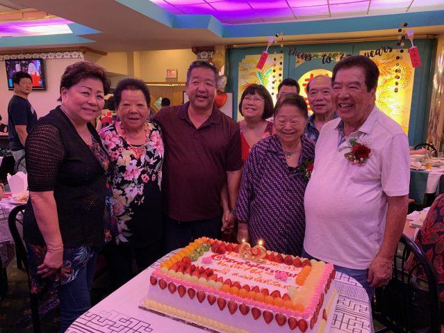照片五:梅氏總公所為忠和元老伉儷送上蛋糕祝福62週年結婚紀念日快樂