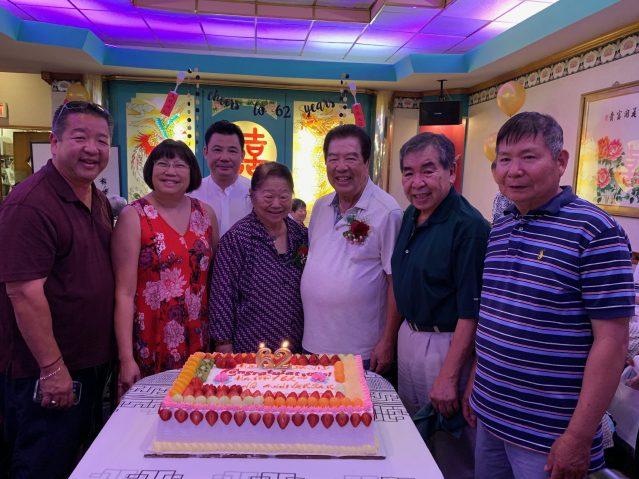 照片六:嘉賓合影:忠和元老伉儷(中)、梅氏總公所主席國棟(左3)、英挺(右1)