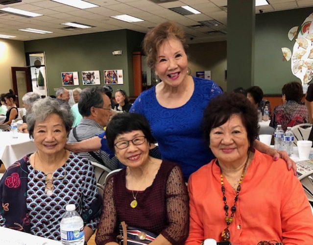 孫先正(後排)和來自加州的姐妹們合影