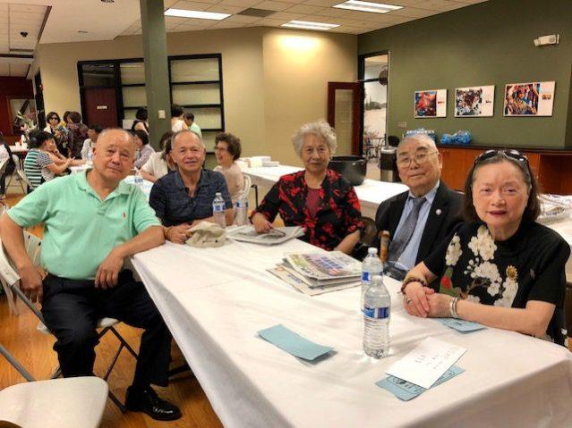 旅芝加哥中華民國退伍軍人協會會長梁鵬(左二)抗戰英雄劉漢平(右二)和好朋友們到場祝賀