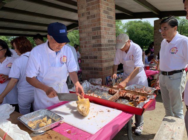 照片六:趙健航、何達權為大家準備食物
