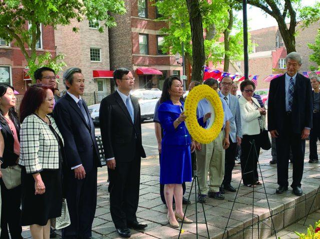 照片四:中華會館主席黃於紋向國父孫中山銅線行鞠躬禮並獻上花圈