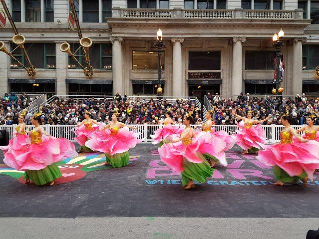 16.芝加哥華星藝術團成員們在主舞台上表演《荷花舞蹈》
