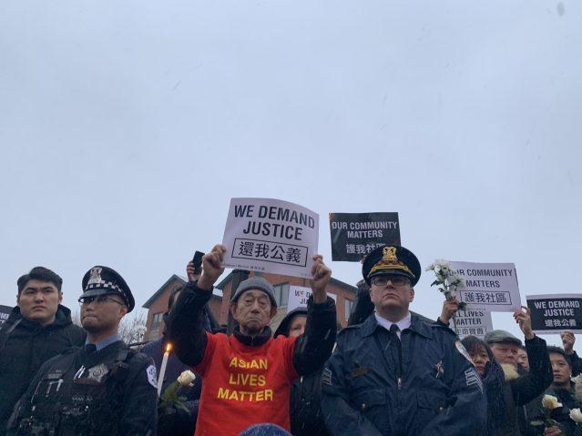"""4.華人同胞舉起""""還我公義""""牌子,大聲喊出訴求"""