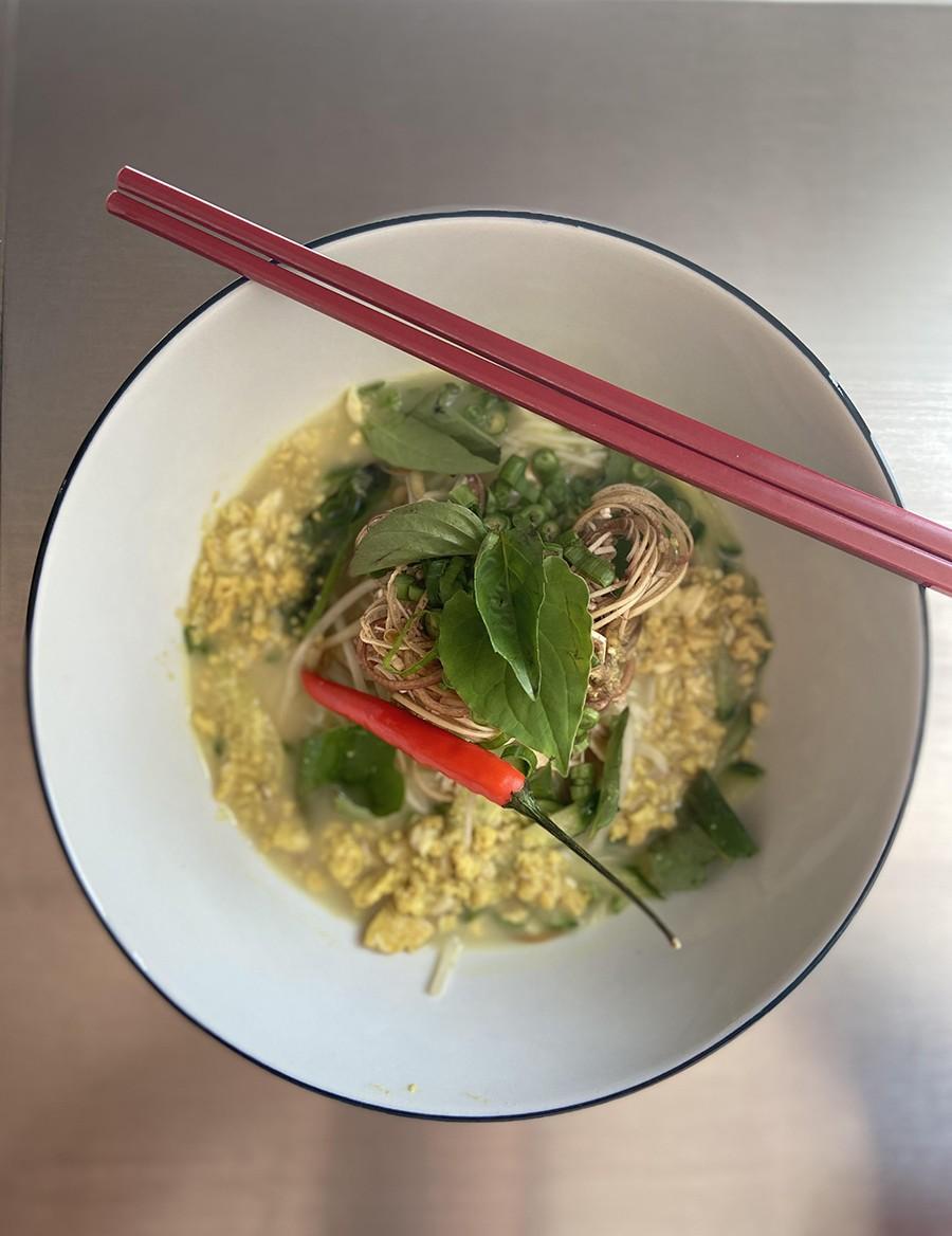 <i>Nom bachok</i>, made with rice noodles and whitefish
