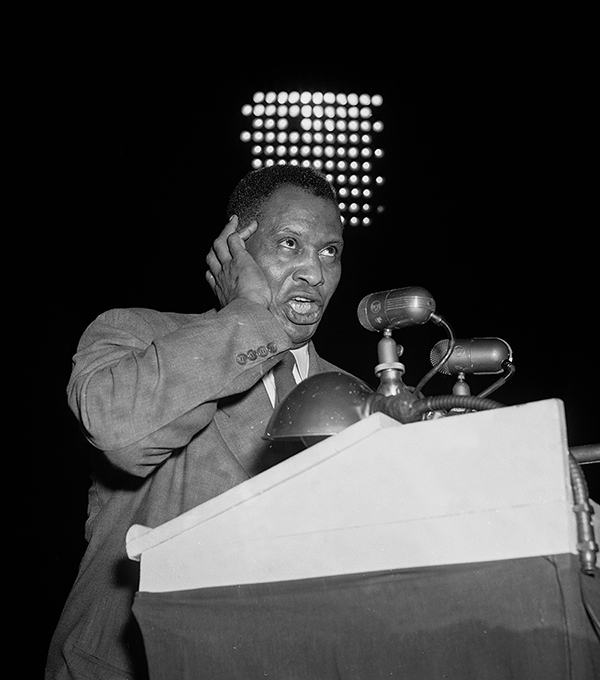Paul Robeson sings at a 1948 Progressive Party rally in Philadelphia.