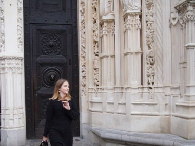 En escarpins dorés à la Cathédrale de Lausanne