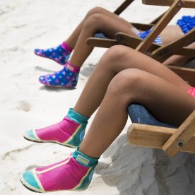 Girls sitting in chair with Duukies Beachsocks on