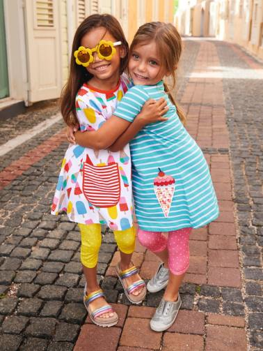 girls hugging fashion shoot colorful streets curacao