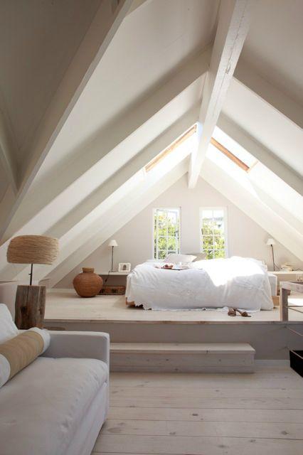 chambre a coucher epuree toit cathedrale maison