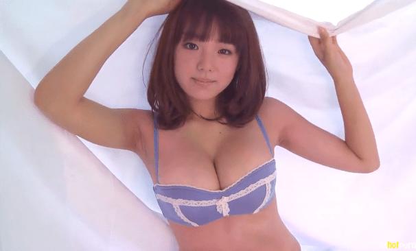 篠崎愛とかいうお乳の大きな娘さんの水着だか下着だかのイメージ