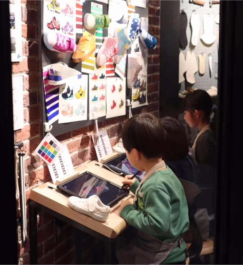 タブレットで靴のデザインをする息子