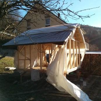 ... und das Dach provisorisch gedeckt ....